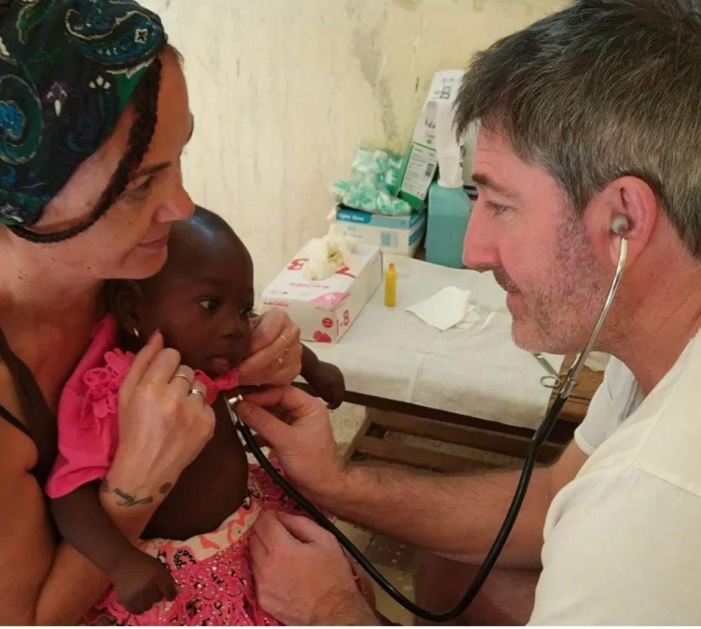 Foto de FOTO: Personal sanitario de la ONG Kellesensa trabajando en