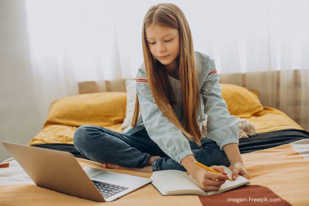 Foto de Niña estudiando en casa